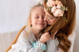 mummy daughter cuddles